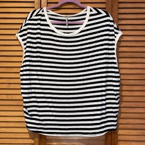 Tops - Oversized black and white striped T-shirt